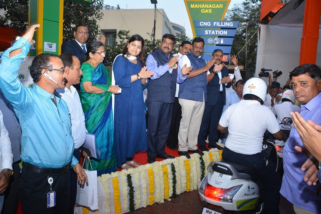 Launch-of-CNG-fueled-Two–Wheelers-in-Mumbai-1024x682